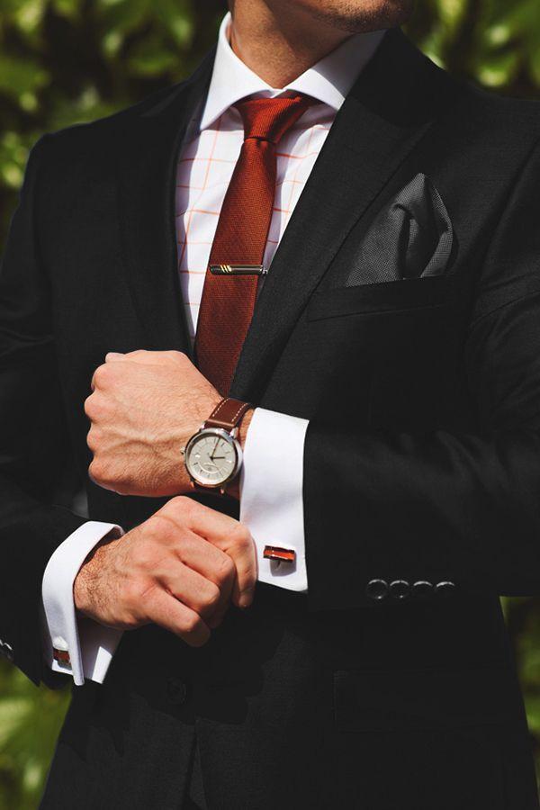 Partamos de la base sabiendo que los rangos de autoridad en los colores de un traje de hombre Corporativo vienen primero el negro, luego el azul y por último el gris. Autoridad absoluta traje ( de tres piezas) con corbata roja y camisa blanca. En este caso es una camisa fantasía, corbata roja y ambo negro.