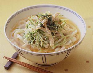 鶏肉のゆで汁をそのままスープに使って、深みのある味に。 香りのいいすりごまをまんべんなくからめた具をのせれば、さらに食欲をそそります。