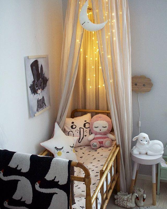 I did a little make over in Elsas room and moved her canopy to the bed ✨ Har flyttat Elsas sänghimmel då jag köpte ett tält från Ferm living från vår webshop som jag funderar på att kanske ha istället i andra hörnet där hon hade sin myshörna! Men sänghimmeln passade ju fint på den här sidan av rummet med, får se om den får stanna eller inte Print, kuddar, molnlampa, svantofflor och påslakan kommer från vår webshop @little_venue , 10 % på ett köp tom fredag om ni anger koden HURRA