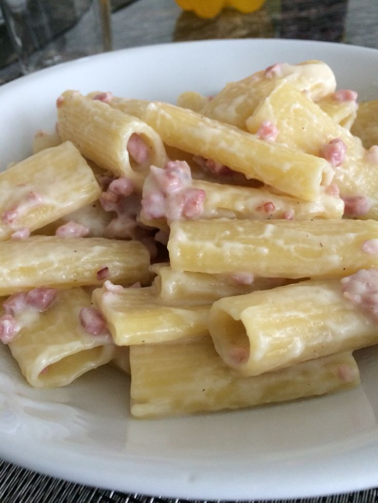 Rigatoni con cubetti di pancetta e salsa di crema di formaggio