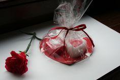 <p>Prezentujemy ciekawy prezent na Walentynki. Podaruj ukochanej osobie domowe mydło w kształcie serca. To idealny prezent dla Niego. Zobacz jak zrobić mydło według naszej instrukcji.</p>