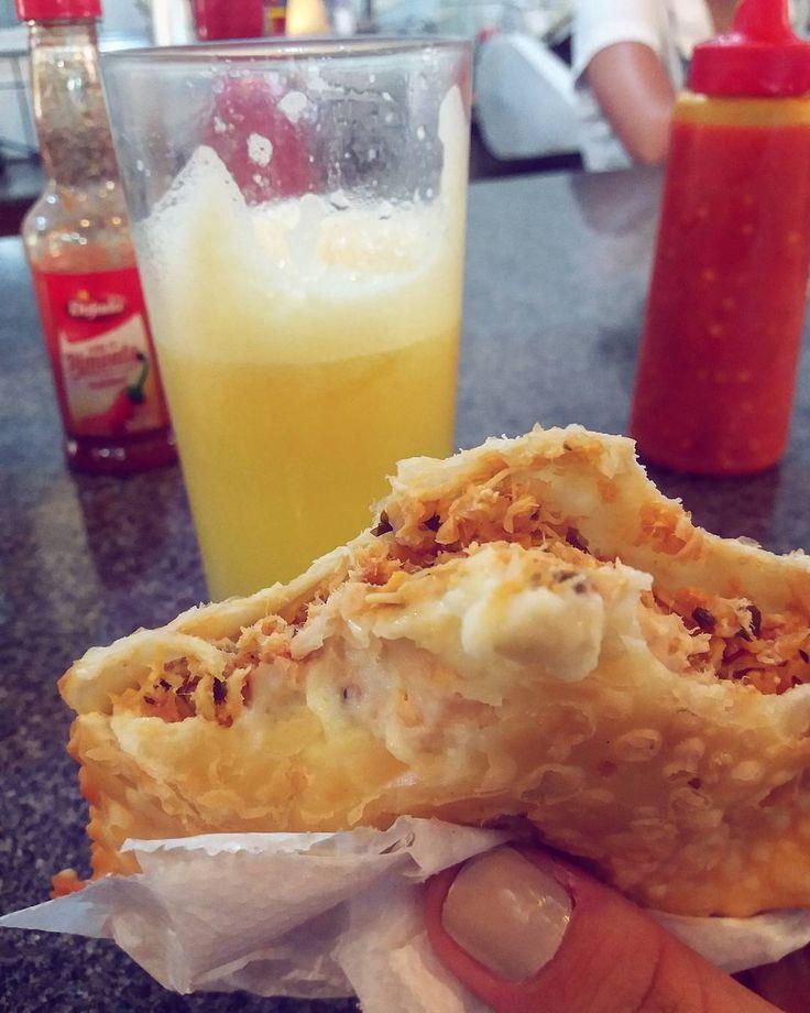 Começando 2017 já mais saudável... troquei a Cotuba pelo suco de laranja kkkkk. Mas o pastel fica hein! Pastel de frango com catupiry (honesto!) da Pastelaria Balsarini no Mercadão de Rio Preto (R$6). #mercadao #pastel #pasteldefrangocomcatupiry #pasteldefeira #sucodelaranja #orangejuice #pastelariabalsarini #saojosedoriopreto #riopreto #sjrp #ondecomeremriopreto #brisandovisita #ondeiremrp #ondecomeremrp