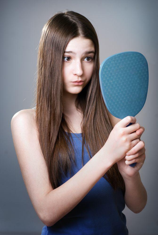 Pubertet – fett hår – gutter og jenter  Mange unge, både gutter og jenter vil merke at håret også kan endre seg når man kommer i puberteten. Dette skyldes hormonelle endringer, og ofte kan de resultere i overdreven talgproduksjon.   Vi anbefaler å bruke DSD De Luxe 1.1 spesial sjampo for fett hår, som inneholder aktive regulerende botaniske ekstrakter som Arnika, Salvie, Calendula, Einer, Rosmarin og Granateple for å fjerne og hindre overdreven talg sekresjon.