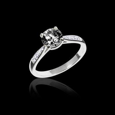 Bague en or 18 K, pierre centrale diamant noir rond, pavage diamant. La pierre centrale peut-être en diamant, rubis, émeraude, saphir bleu ou saphir rose. #jaubalet #angela #bague #fiançailles #diamantnoir #joaillerie #placevendome