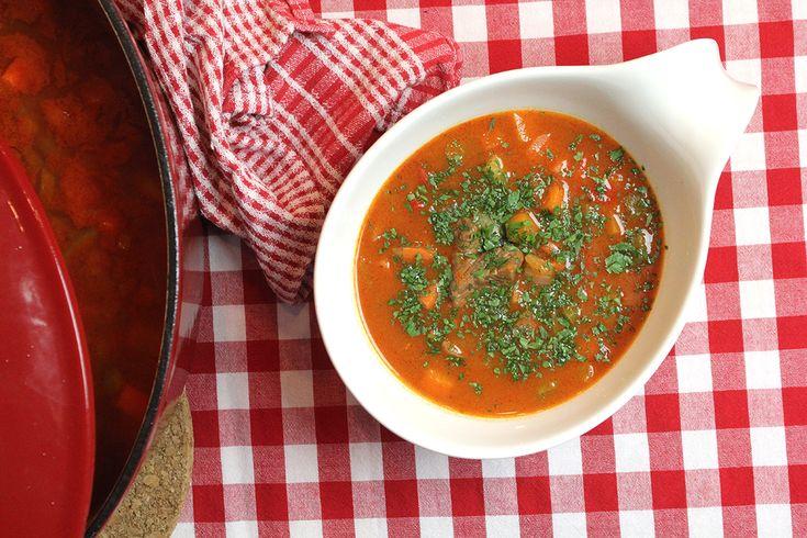 Het nationale gerecht van Hongarije? Dat is goulash, een mix van stoofvlees en soep. Deze maaltijdsoep is weinig werk