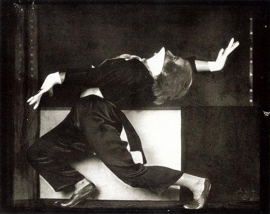Anton Josef Trcka Hilde Holger (?) in Tanzpose mit weiďż˝en Handschuhen, 1926