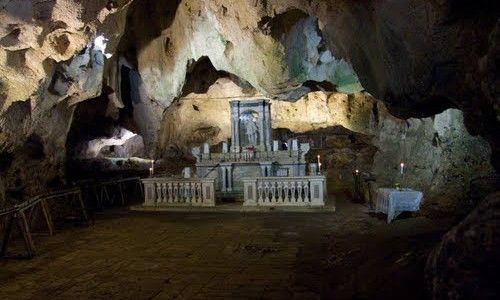 La Grotta di San Michele a Cagnano Varano (FG) http://www.hipuglia.it/la-grotta-san-michele/