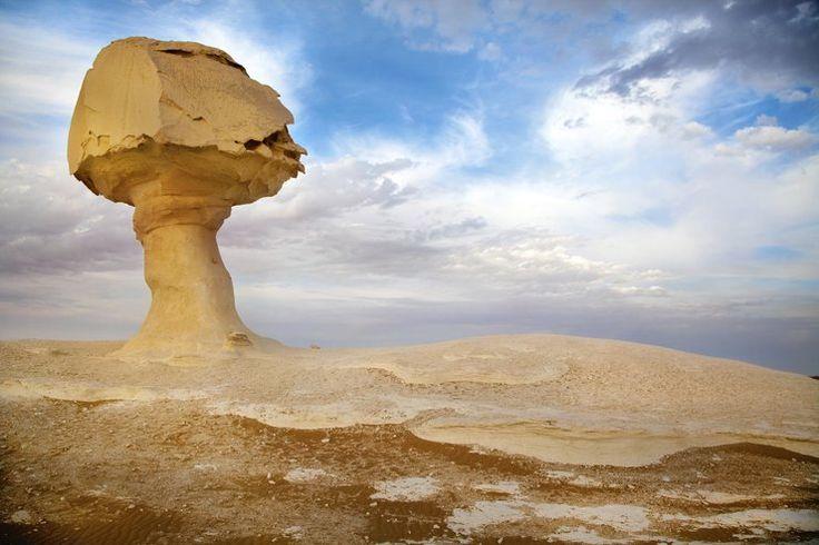 Najbardziej nawiedzone miejsca na świecie - Biała Pustynia, Egipt - okolice oazy Al-Farafiry znane są z tego, że dziesiątki nomadów i turystów widziało na niej zjawę faraona Echnatona. Zmarły nie może zaznać po śmierci spokoju, ponieważ za czasów swoich rządów zabronił ludowi wyznawania wiary w Amona, likwidując wszystkie miejsca jego kultu. Rozgniewało to kapłanów, którzy położyli klątwę na nim. Na skutek tego Echnaton już zawsze będzie się błąkał po pustyni.