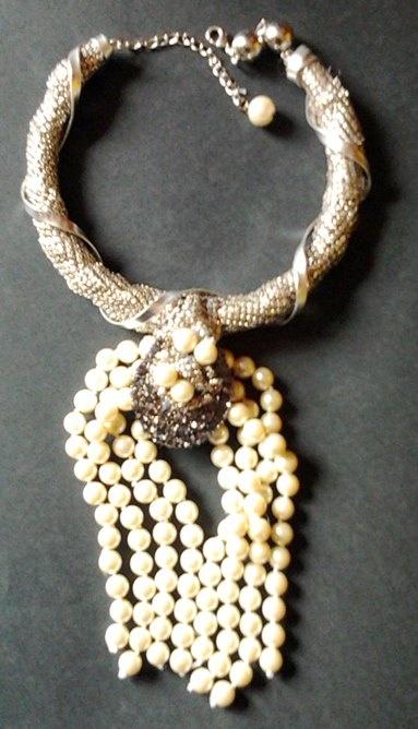 collar de malla metálica con un broche de strass y perlas
