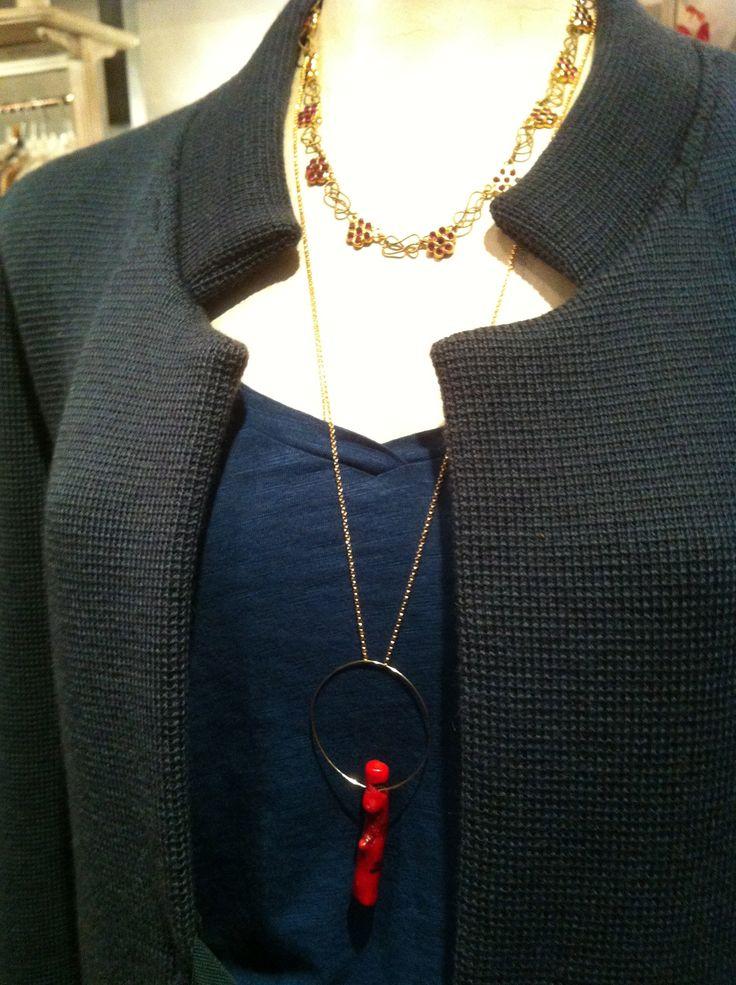 dettaglio cappotto maglia color petrolio,t-shirt pavone, collana corallo, collana vintage fiori