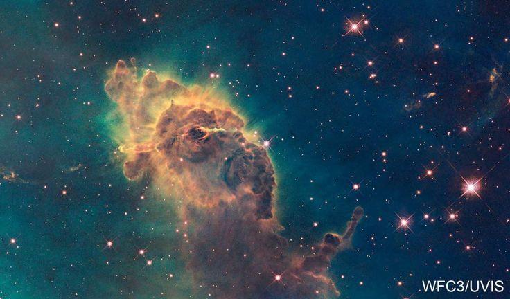 Este pilar cósmico de gás e poeira tem quase dois anos-luz de largura. A estrutura está dentro de uma das maiores regiões de formação de estrelas de nossa galáxia, a nebulosa Carina, também chamada de Nebulosa Eta Carinae ou NGC 3372, que brilha no céu do sul a uma distância de cerca de 7.500 anos-luz da Terra.