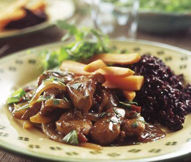 Mustig kycklinggryta med smaker av bacon, lök och balsamvinäger. Denna kycklingrätt blir en garanterad favorit och går snabbt att tillaga! Servera varmrätten med ris, kokta morötter och en fräsch sallad.