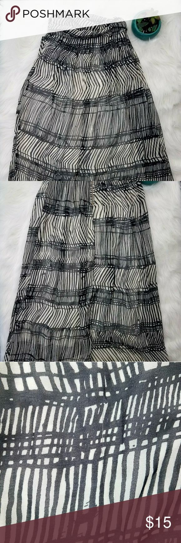 🍍3/$30🍍H&M black and white Strapless Maxi Dress H&M black and white Strapless Maxi Dress Size 4. This still has the original tags on it but there are a few snags and pulls throughout the dress. Can only notice then when looking close. H&M Dresses Maxi
