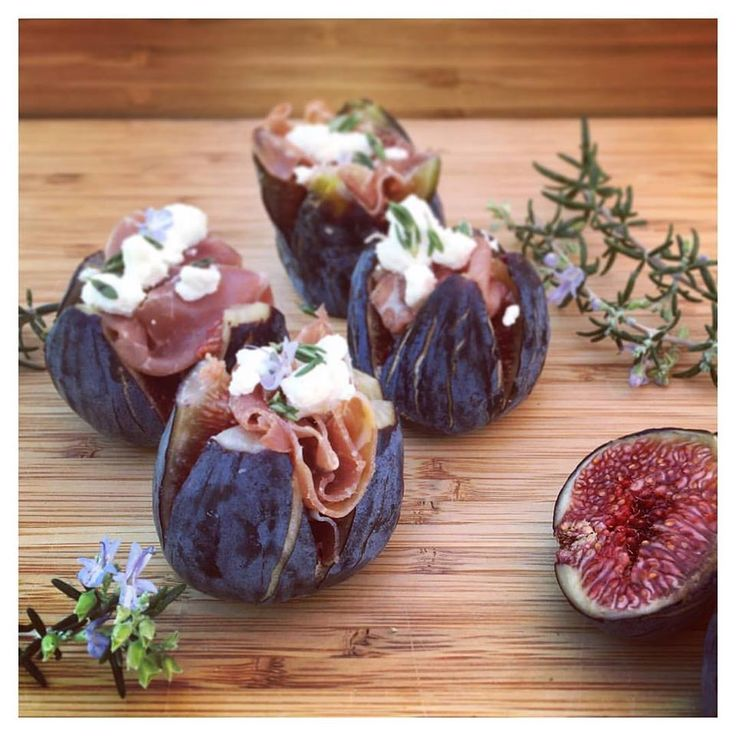 Perfume, Flavor, Taste, Texture, figs has it all and makes it one of my favorite fruit! Together with prosciutto goat cheese and a pinch of rosemary it turns to an amazing appetizer