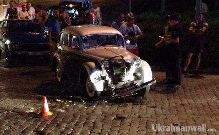 Необычное ДТП в Черновцах: в аварию попал раритетный автомобиль http://ukrainianwall.com/ukraine/neobychnoe-dtp-v-chernovcax-v-avariyu-popal-raritetnyj-avtomobil/  В Черновцах в ДТП пострадал раритетный автомобиль. Авария произошла в субботу, 25 июня, вечером вблизи железнодорожного вокзала. Как сообщает местное издание Взгляд, перед этом авто участвовало в параде вместе с