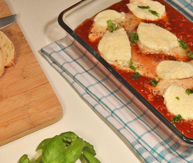 Kip in Tomatensaus uit de Oven een lekker, makkelijk, verrassend én gezond recept. Pollo (kip) alla pizzaiola een heerlijk Italiaanse gerecht.