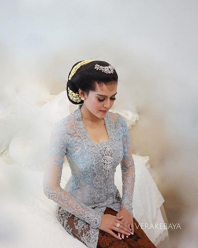 Ines ....#midodareni  Kebaya by me  Makeup & Paes : ibu @mamiehardo  ___ #kebaya #pengantin #perkawinan #jawa #partydress #lace #swarovski #batik
