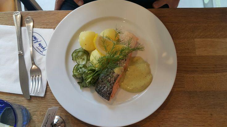 Restaurante Tysta Mari.  Saluhall.  La gastronomía de Suecia (en sueco, Svenska köket) es muy similar a la gastronomía de Dinamarca o de Noruega. Se la considera simple, abunda en platos con diferentes tipos de pescados, patatas, coles y nabos como ingredientes predominantes. El plato más conocido de la cocina sueca son las köttbullar, que son albóndigas, a menudo recubiertas de salsa marrón o mermelada de arándano rojo
