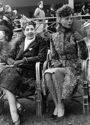 Damen in eleganten Kleidern auf der Pferderennbahn Hoppegarten (nahe Berlin) ullstein bild - Erich Engel/Timeline Images