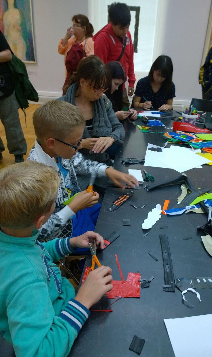 Mustaa kumia! Värikästä muovia! Rannekorujen teossa sai käyttää omaa mielikuvitusta ja luovuutta mielinmäärin. Oulu (Finland)