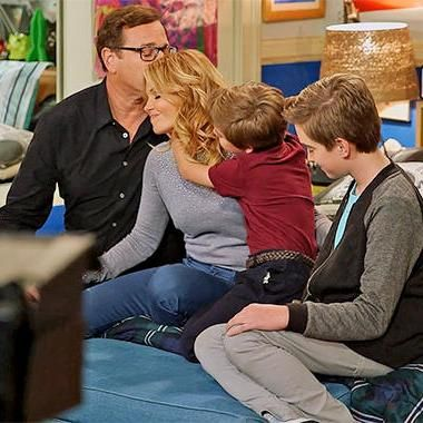 Hot: The Tanners ring up Michelle in fullest Fuller House trailer yet