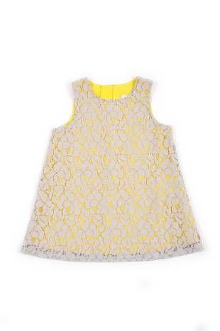 Vestido para bebe niña de encaje gris, sobre forro de fondo color amarillo.