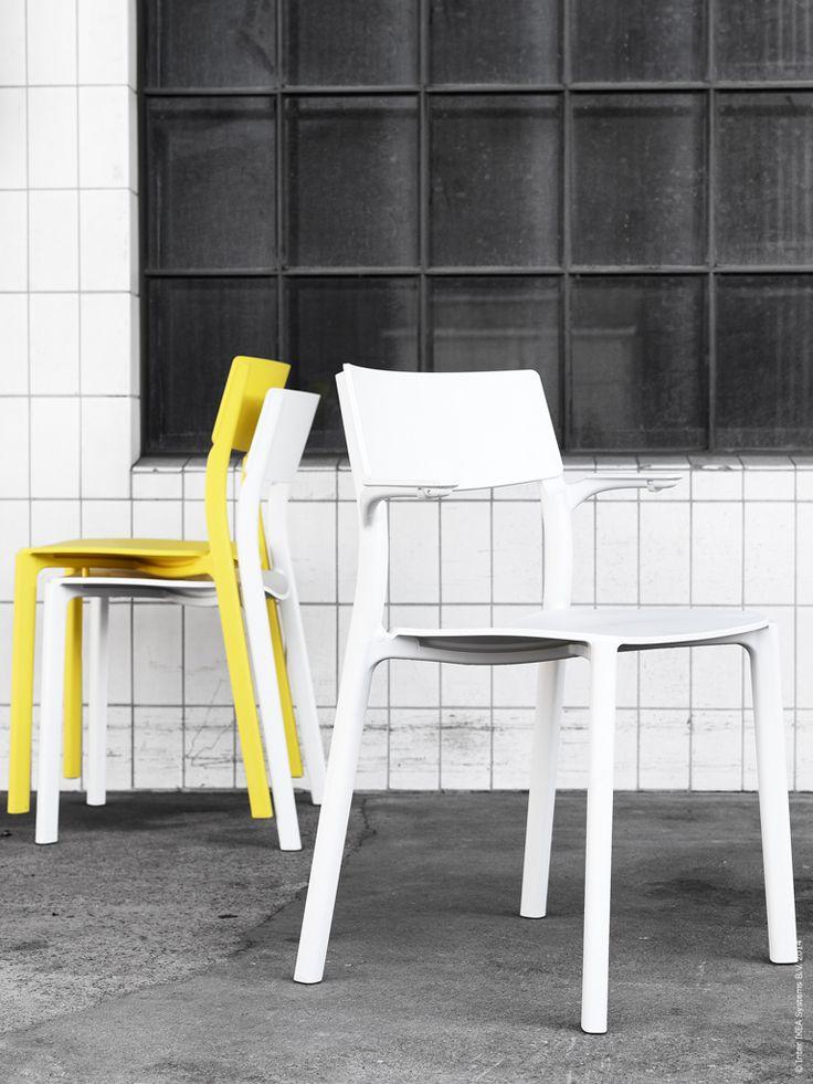 Nyheten JANINGE stolar och barpallar har en nätt form med robust konstruktion. De är tillverkade av förstärkt propenplast och stolarna är stapelbara. Karmstolen hänger du enkelt på bordet för att underlätta städning. JANINGE kommer i färgerna vit, grå och gul.