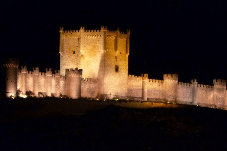 Castillo de Peñafiel, Valladolid. Sus orígenes se remontan al siglo X, aunque fue derruído y levantado por segunda vez en 1456.