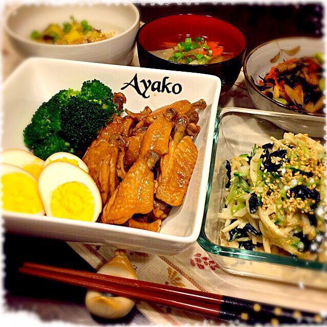 今日は、和食です(*^^*) 手羽中はお酢で煮るからさっぱり、お肉がホロホロ〜(≧∇≦) - 104件のもぐもぐ - 鶏手羽中のさっぱり煮、大根サラダ、ひじき煮、ツナとさつまいものご飯、根菜のお味噌汁 by ayako1015