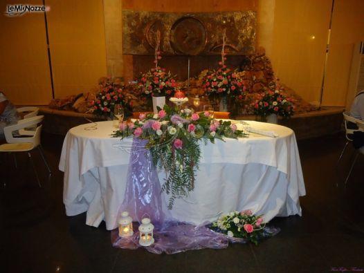 http://www.lemienozze.it/gallerie/foto-fiori-e-allestimenti-matrimonio/img28911.html Allestimento floreale del tavolo degli sposi  con fiori per il matrimonio rosa, viola e bianchi