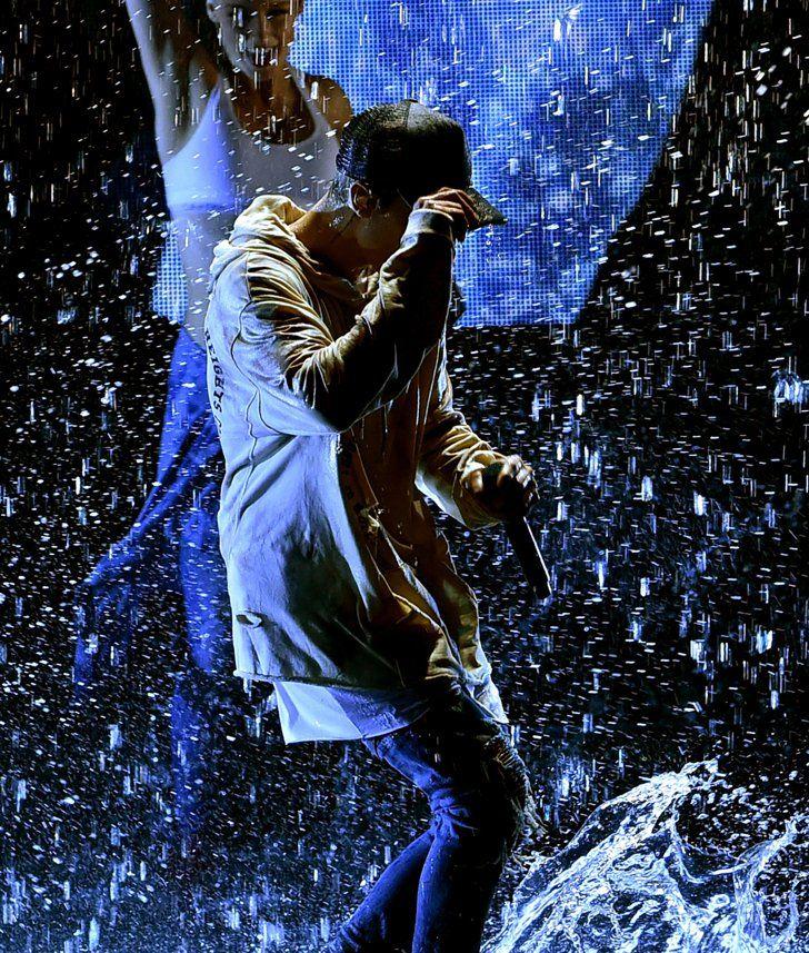 Pin for Later: Justin Bieber Transforme les AMAs en Concours de T-shirt Mouillé