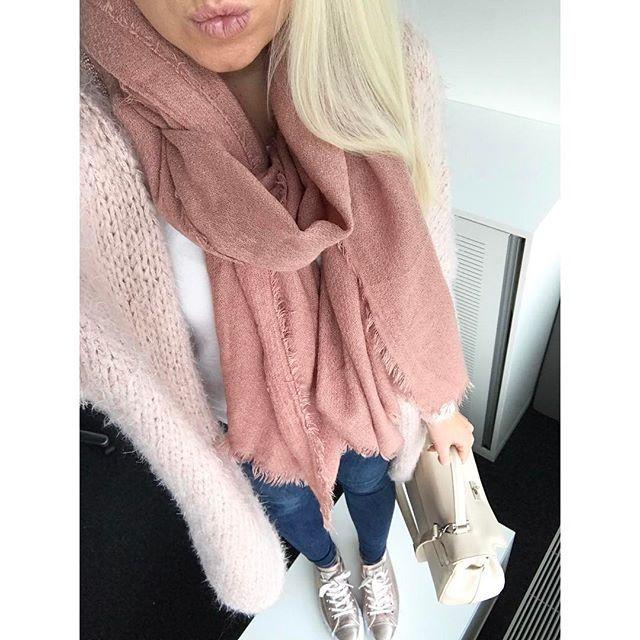 WEBSTA @ uniquejules - Ich liebe den Schal von @zara__europe (leider ist er nicht aktuell) Cardigan @vintagefashiondesign, Jeans @zara__europe, Chucks @Converse, Bag @picard_lederwaren_official  #daily #dailyoutfit #dailylook #dailystyle #fashion #fashiondaily #outfit #outfitoftheday #outfitinspiration #ootd #blonde #zara #streetstyle