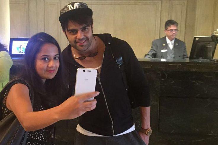 Actor Manish Paul poses for a selfie with News18.com  correspondent Kavita Agarwal. #IIFA2016 #IIFAMadrid