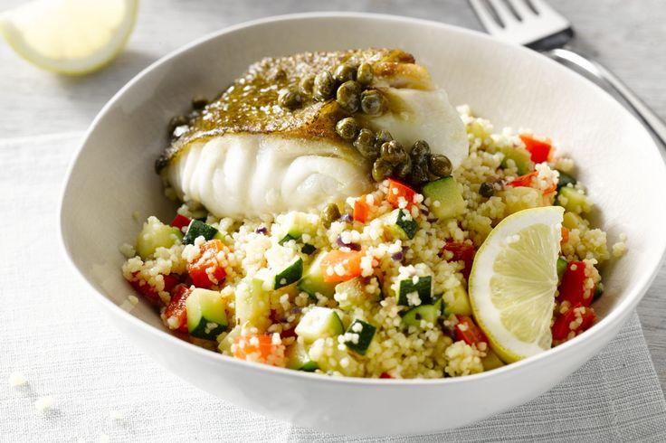 Dit gerecht heeft alles: een lekker visje met een heerlijk fris sausje met kappertjes en citroen, lekker veel groentjes en een kruidige couscous erbij...