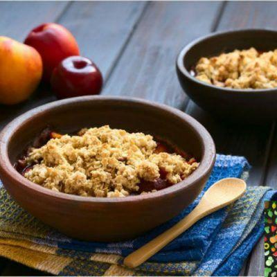 Crumble de melocotón: un dulce con fruta de temporada totalmente vegano y sabroso. Es muy fácil de hacer y con pocos ingredientes. Anímate a probarlo.