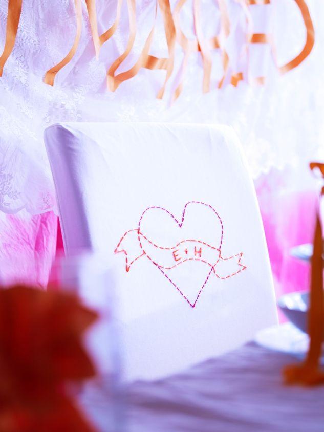 Προσθέστε μία δόση ρομαντισμού στη γαμήλια δεξίωση, κεντώντας τα αρχικά του ζευγαριού στο μαξιλάρι της πλάτης των καθισμάτων τους.