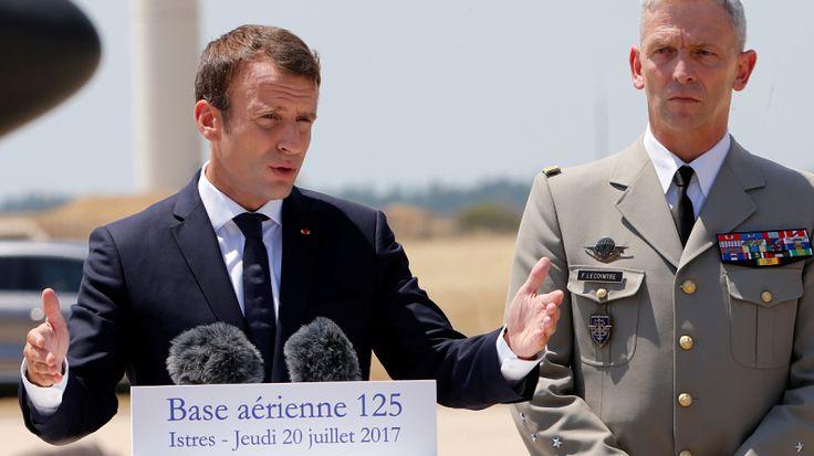 A Istres, Emmanuel Macron veut sauver les meubles après la démission du général de Villiers   LA DANCE MACRON    DEUX PAS EN AVANT UN PAS EN ARRIÈRE