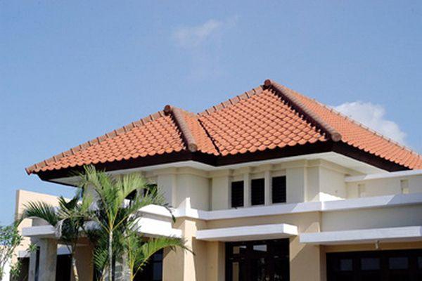 Model Desain Atap Perisai Model desain atap perisai ini dikembangkan dari model atap pelana yang juga mempunyai 2 sisi namun yang membentuk segitiga juga dengan adanya sisi trapesium. Keunggulan dari model desain atap perisai ini dapat menutupi keseluruhan dari dinding sehingga kemungkinan kecil matahari dan air hujan mengenai langsung dinding.