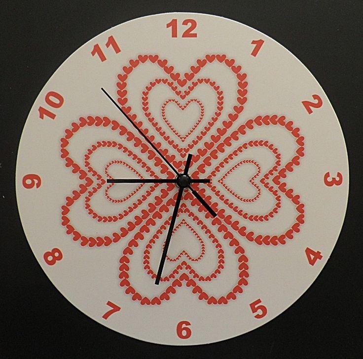 Piros szívek falióra csendes óraszerkezettel. Red hart wall clock with silent clockwork.