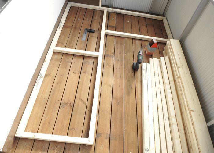 I lördags rev vi ut gamla trallen och rengjorde hela balkongen. Igår la vi nya trallen och hann bygga klart stommen till soffan. Stommen är byggd utav vanliga reglar (45x45mm), vi ska ha träplank…