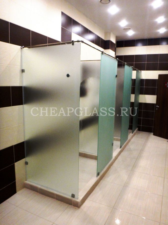 Стеклянные душевые перегородки для спортзалов, бассейнов и саун. Glass shower partitions for pools.