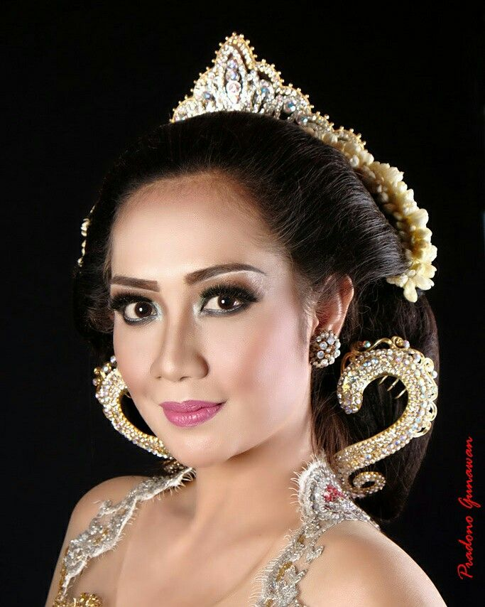 A contemporary javanese bride makeup and hairdo taken for a MakeupArtist portifolio and advertising needs