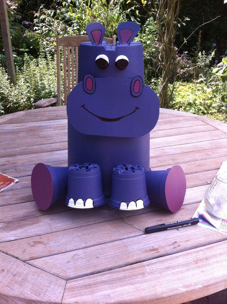 Nellie nijlpaard van plastic bloempotten!