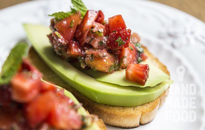 Тапас с авокадо и тартаром из томатов и клубники! http://handmadefood.ru/recipes/tapas-s-avokado-i-tartarom-iz-tomatov-i-klubniki