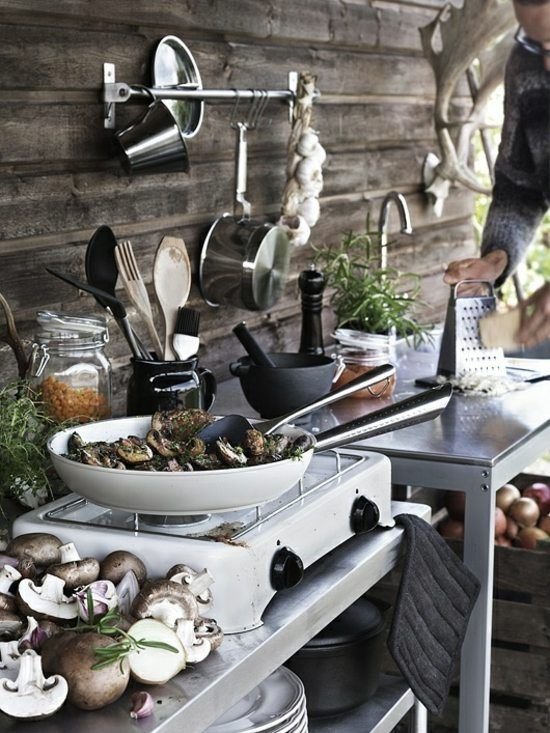 Une cuisine extérieure ou d'été. Allons a la découverte non pas du repas que vous allez préparer mais l'atmosphère dans laquelle vous allez le faire.