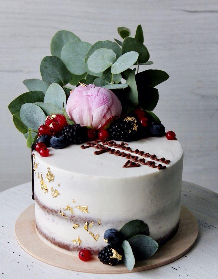 Нежный торт для любимых родителей. Внутри у него благородный шоколадный бисквит, манговый курд и компоте манго-груша. Оформлен торт живыми пионом и эвкалиптом, свежими ягодами, съедобным золотом. Автор Instagram.com/juso.cakes