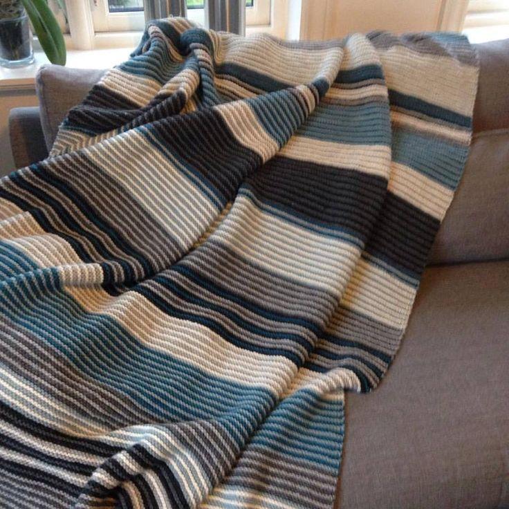 """Strikket """"Arne og Carlos teppe"""" Enkelt og veldig kjekt. Knitted """"Arne and Carlos crapet"""" Easy and very fun to make. #strikketeppe #arneogcarlos #strikke #strikking #knitting #knitted blanket #carpet #DIY"""
