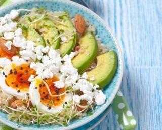 Power bowl au quinoa, à l'avocat, à l'oeuf dur, au fromage frais et aux amandes : http://www.fourchette-et-bikini.fr/recettes/recettes-minceur/power-bowl-au-quinoa-lavocat-loeuf-dur-au-fromage-frais-et-aux-amandes