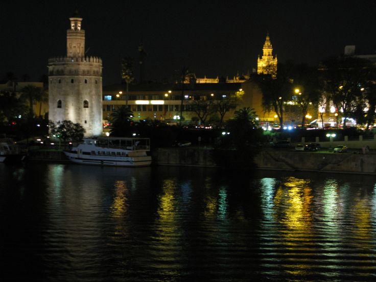 La Torre del Oro y la Giralda de noche
