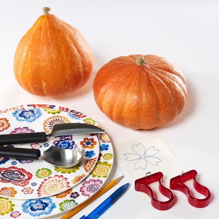 Jaké nářadí potřebujete pro krásné vyřezání dýně: ostrý nůž; lžíci; vyřezávací hroty nebo špachtličky na linoryt; tužku; šablonu obrázku, který chcete vyrýt; dýni a samozřejmě porcelán Villeroy na vkusnou dekoraci